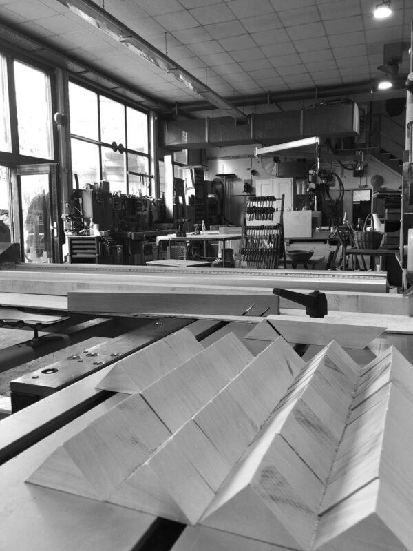 Werkstatt Holzständer schwarzweiß